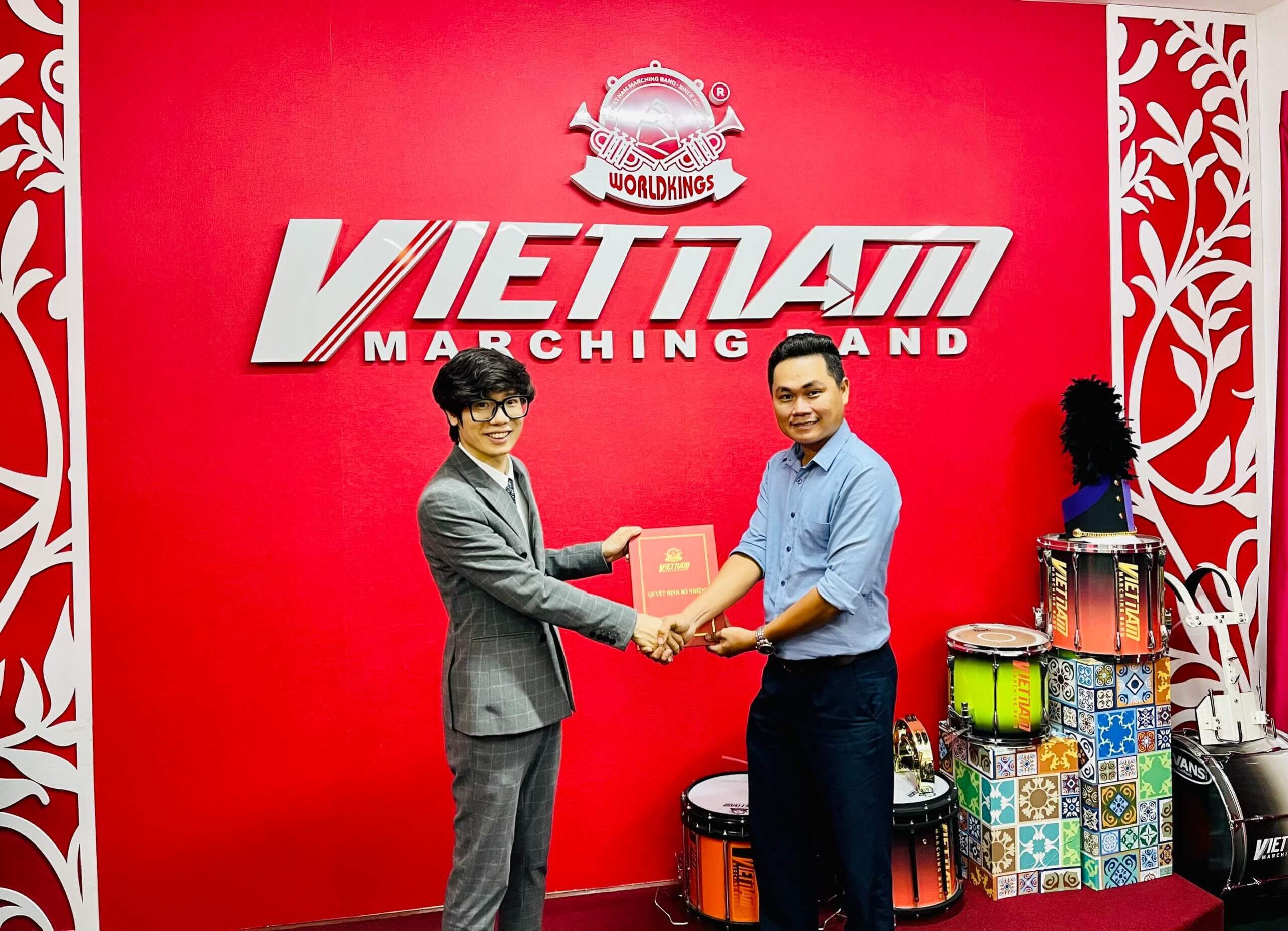 Tổng giám đốc VNMB Mr. Trần Xuân Nhật trao quyết định cho anh Ninh Quang Trường